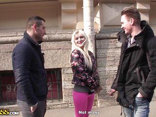 Порно блондинка на двоих